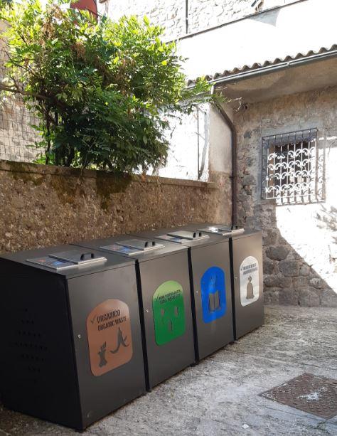 Santa Fiora, i bidoncini della differenziata diventano oggetti di arredo urbano nel centro storico